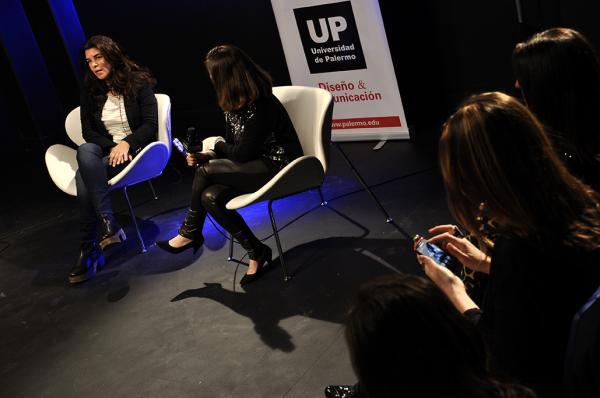 Bettina Frumboli en la UP, invitada por revista Vanidades