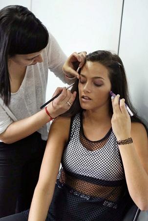 Fabi maquillando a Oriana Sabattini