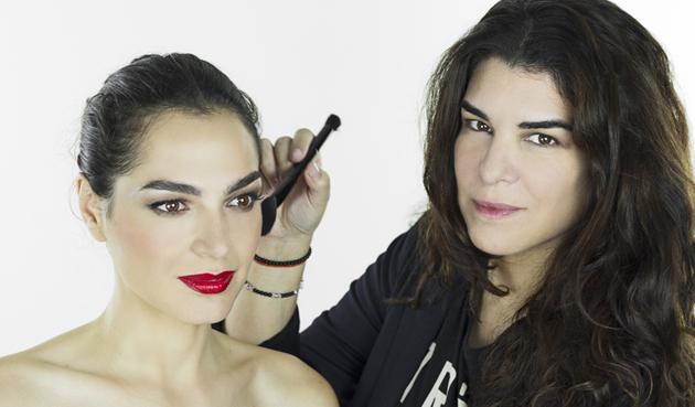 Bettina Frumboli maquillando