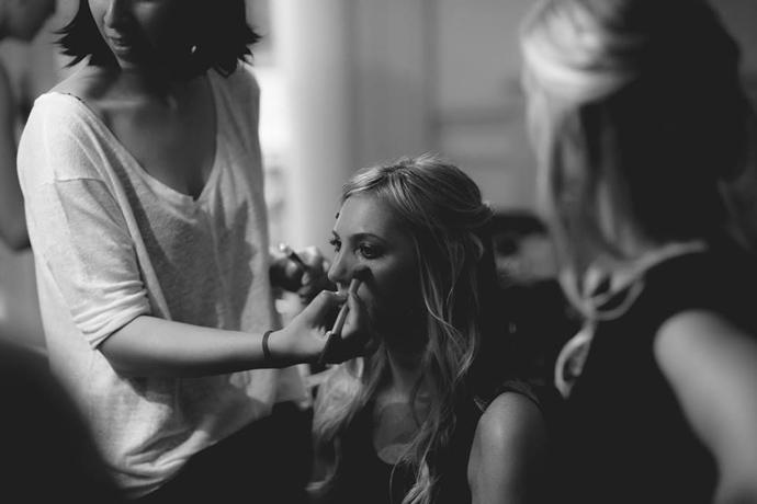 Fabiana Pereyra maquillando para un desfile