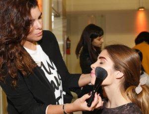 Aplicando polvo de maquillaje