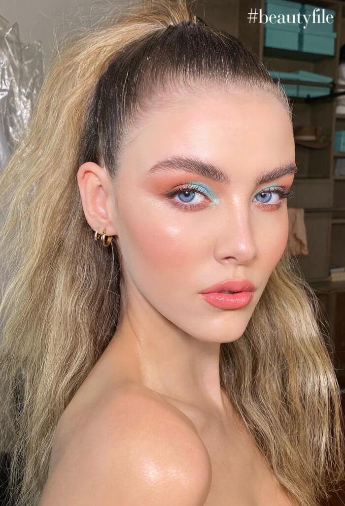 tendencia de maquillaje looks ultra coloridos - bicolor